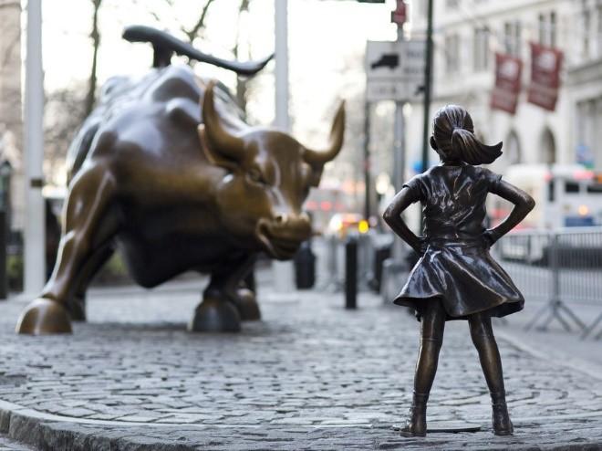 taureau de wall street avec fillette