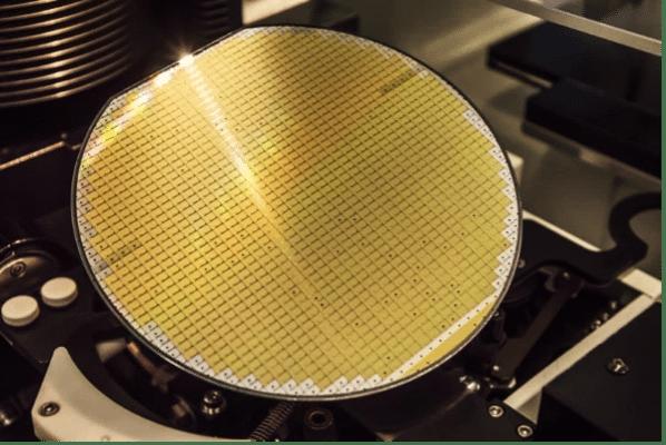Plaquette de carbure de silicium en traitement à l'usine de STM à Catane (Italie)